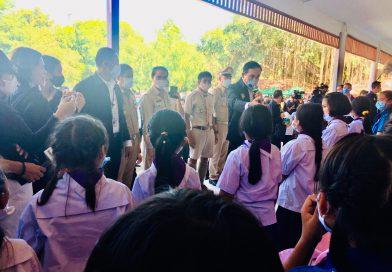 นายกรัฐมนตรี ลงพื้นที่โรงเรียนในอำเภอสวรรคโลก ติดตามหลังสถานการณ์น้ำลด